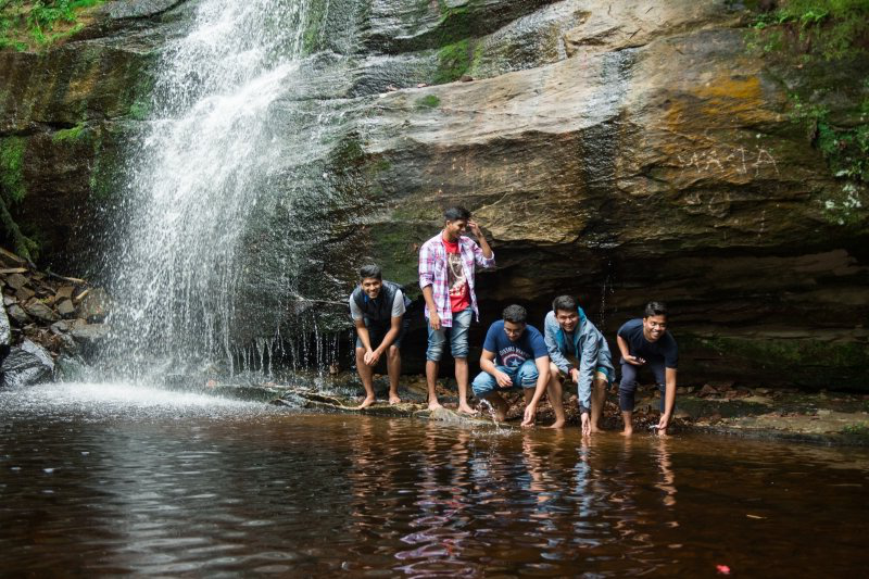 学生们 at a waterfall.